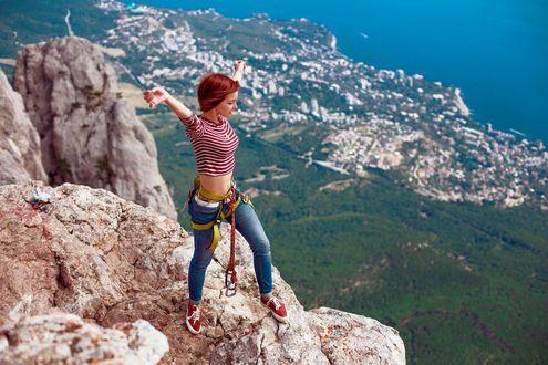 Обои Девушка подняв руки вверх, стоит на вершине горы. Фотограф Екатерина Фортуна