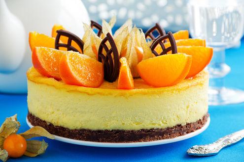 Обои На тарелке торт с суфле, с дольками апельсина и ажурными листьями из шоколада