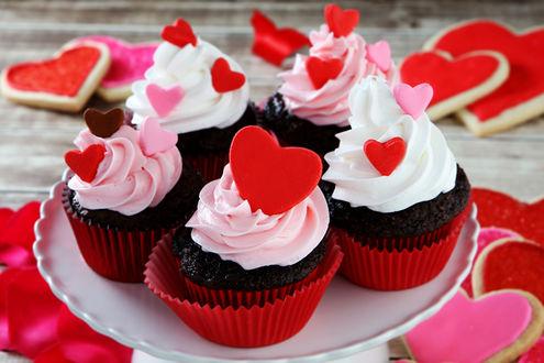 Обои Капкейк кексы с кремом и пирожные в форме сердечек