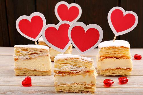 Обои Слоенные пирожные с кремом, украшеные сердечками
