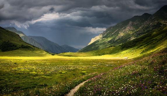 Обои Прекрасный горный пейзаж долины Уруштена, на фоне неба с кучевыми облаками, by BarGen