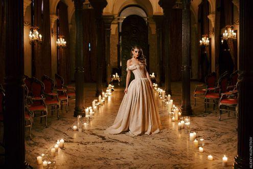 Обои Модель Anna Raise / Анна Райз в длинном белом платье стоит в окружении свечей, фотограф Алексей Кузнецов