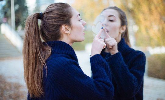 Обои Девушка рисует сердечко, на запотевшем стекле. Фотограф Ксения Засецкая