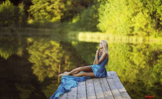 Обои Девушка сидит на мостике у водоема, фотограф Anton Komar