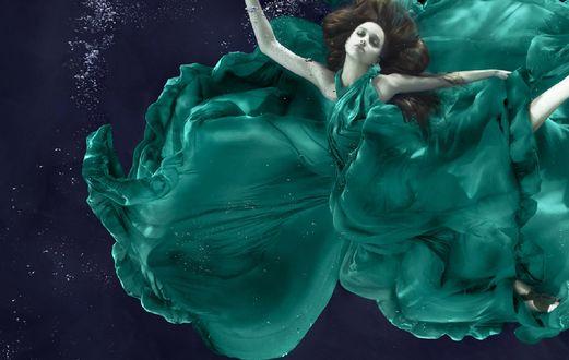 Обои Девушка в изумрудном платье под водой