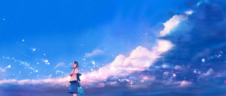 Обои Девушка с сумочкой стоит на фоне облаков