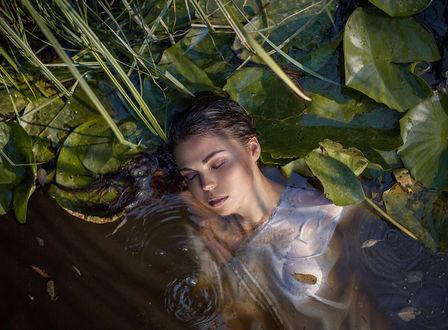 Обои Девушка в белой рубашке в воде, фотограф Ирина Джуль