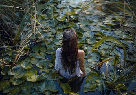 Обои Девушка в белой рубашке стоит к нам спиной в воде, фотограф Ирина Джуль