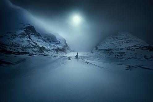 Обои Девушка стоит на снегу между горами, фотограф TJ Drysdale