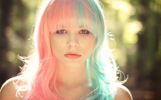 Обои Девушка с розово-голубыми волосами на фоне бликов