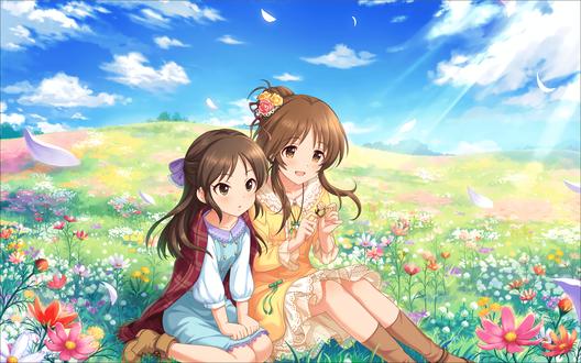 Обои Айко Такамори / Takamori Aiko и Арису Тачибана / Tachibana Arisu из аниме Идолмастер: Девушки-Золушки / Idolmaster / THE iDOLM@STER: Cinderella Girls сидят на солнечной поляне и делают кольцо из цветка