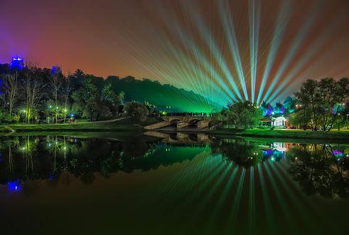 Обои Ночной пейзаж, на мосту стоят люди и наблюдают, как свет от прожекторов освещает небо, by GaL-Lina
