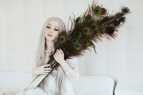 Обои Девушка с павлиньими перьями, фотограф Jovana Rikalo