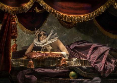 Обои Девушка в длинном платье, с сеточкой на лице, с пышным воротником, лежит на постели под пологом, GaL-Lina