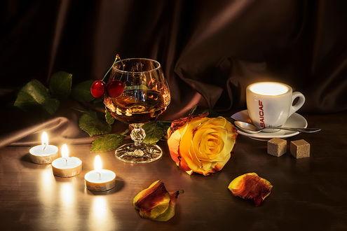 Обои Натюрморт - бокал и чашка с блюдцем, горящие свечи и желтая роза и ее лепестки, by GaL-Lina