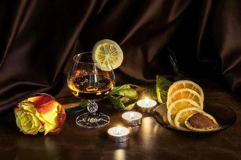 Обои Натюрморт - бокал с напитком, украшенный долькой лимона, цитрусы на блюдце с корицей, горящие свечи и желтая роза, by GaL-Lina
