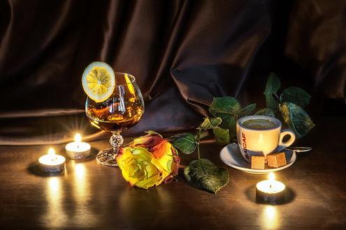 Обои Натюрморт - бокал с напитком, украшенный долькой лимона, чашка с ароматным кофе, горящие свечи и желтая роза, by GaL-Lina