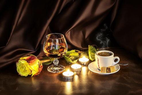Обои Натюрморт - бокал с напитком, чашка ароматного кофе, кусочки сахара на блюдце, горящие свечи и желтая роза. by GaL-Lina