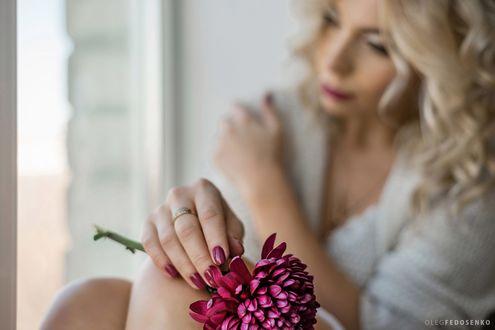 Обои Девушка с цветком в руке. Фотограф Олег Федосенко