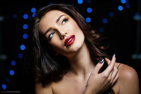 Обои Модель Анастасия смотрит вверх на темном фоне с боке. Фотограф Олег Федосенко