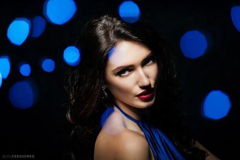 Обои Модель Анастасия с каштановыми волосами на темном фоне с боке. Фотограф Олег Федосенко
