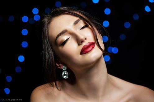 Обои Модель Анастасия с закрытыми глазами на темном фоне с боке. Фотограф Олег Федосенко