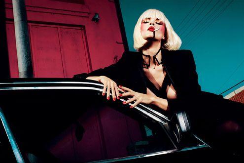 Обои Блондинка с сигаретой стоит у авто, by Txema Yeste