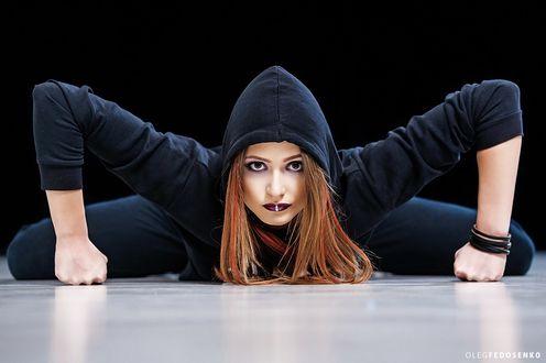 Обои Модель Елена в спортивном костюме на полу. Фотограф Олег Федосенко