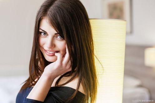Обои Улыбающаяся модель Лена с красивыми глазами касается рукой лица. Фотограф Олег Федосенко
