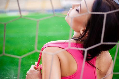 Обои Модель Ангелина с закрытыми глазами у сетки футбольных ворот. Фотограф Олег Федосенко