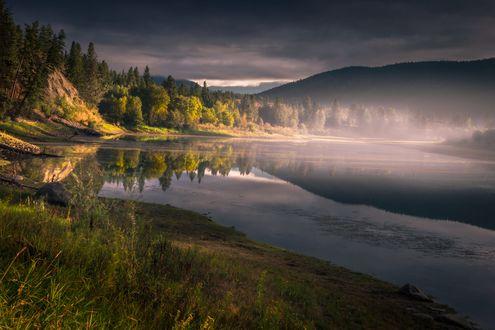 Обои Красивое отражения гор в реке на рассвете, фотограф Рауль Weisser