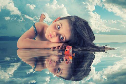 Обои Девочка лежит на воде перед рыбкой, фотограф John Wilhelm