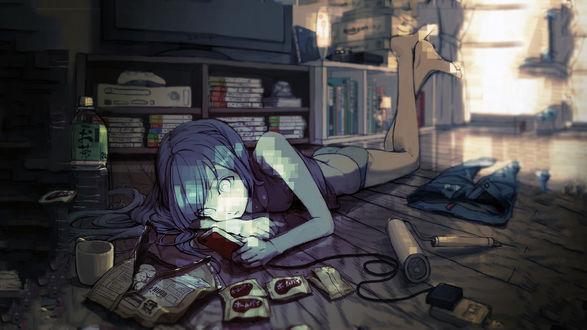 Обои Аниме девушка лежит на полу смотря в телефон