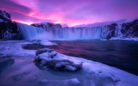 Обои Розовое небо с облаками над водопадом зимой, фотограф Daniel F