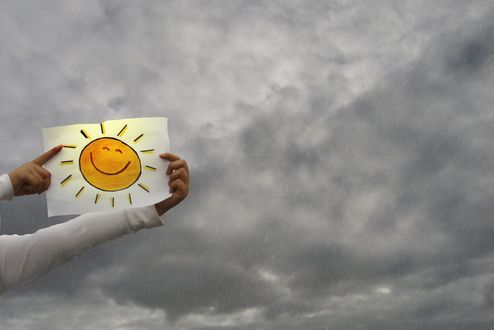 Обои Бумага с рисунком солнца в руках