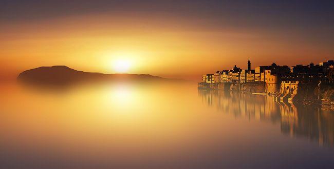 Обои Солнце освещает город и море, фотограф Anna Ovatta