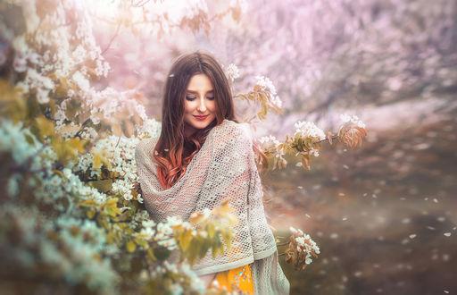 Обои Девушка стоит у цветущего весеннего дерева, фотограф Вадим Мельник