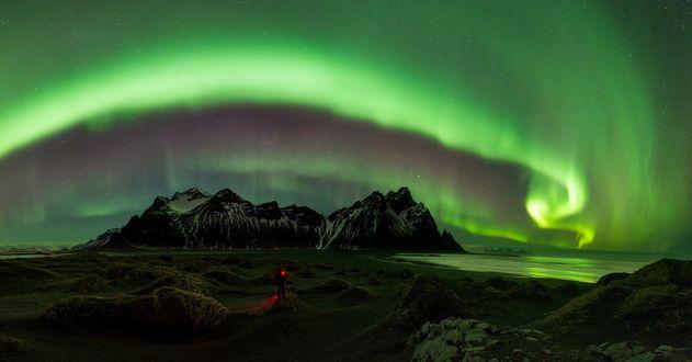 Обои Мужчина любуется северным сиянием, фотограф Marco Carotenuto