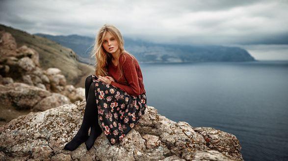 Обои МодельТаня сидит на камнях на фоне природы, фотограф Георгий Чернядьев