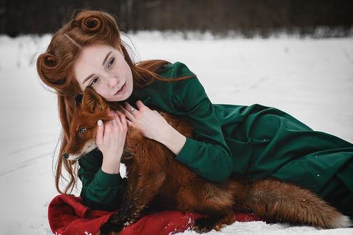 Обои Девушка обнимает лису, фотограф Георгий Дихаминджия
