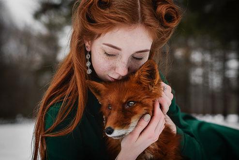 Обои Рыжеволосая девушка обнимает лису. Фотограф Георгий Дихаминджия