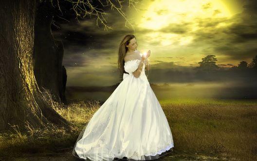Обои Девушка в белом длинном платье с магией в руках на фоне природы