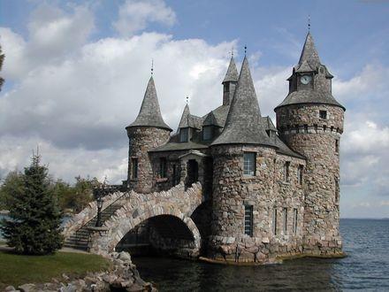 Обои Старинный средневековый замок на берегу моря на фоне природы, бегущих по небу облаков