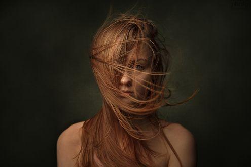 Обои Портрет модели Екатерины с прядями волос на лице, by Denis Panchenko