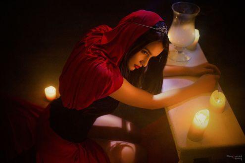 Обои Девушка сидит у горящих свечей, фотограф Мочульский Леонид