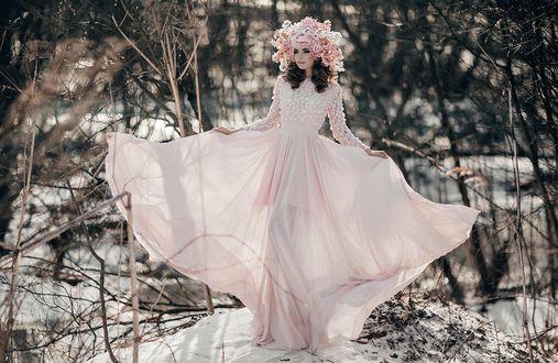 Обои Девушка в длинном розовом платье и головном уборе стоит на снегу, фотограф Анна Конофалова