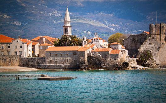 Обои На берегу моря дома с оранжевыми крышами, сверху виднеется белая башня