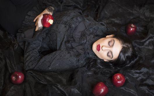 Обои Девушка в черном лежит с закрытыми глазами, вокруг красные яблоки