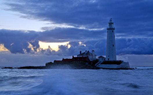 Обои Маяк на острове на фоне неба и облаков