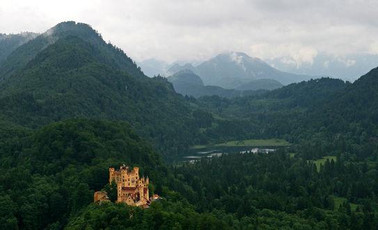 Обои Замок на фоне горного пейзажа